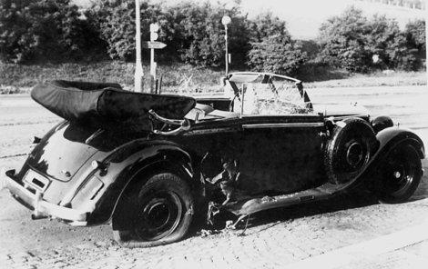 Exploze bomby, kterou hodil Jan Kubiš, prorazil bok automobilu před pravým zadním kolem.