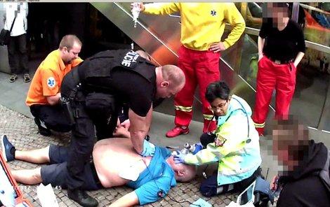 Strážník prováděl muži masáž srdce.