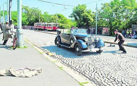 PRAHA, Zenkova ulice! Událost z 27. května 1942 byla přesně zrekonstruována. Střelec Gabčík odhazuje samopal, který selhal, Kubiš vrhá bombu, která se Heydrichovi stává osudnou.