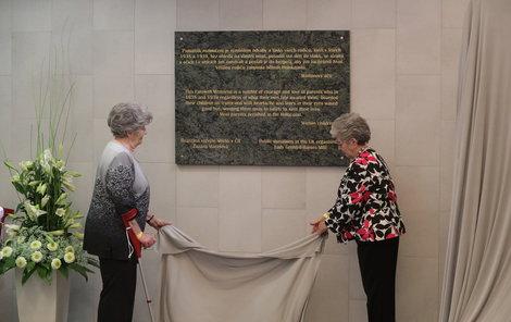 Zuzana Marešová (vlevo) a lady Milena Grenfell-Baines odhalují Památník rozloučení.