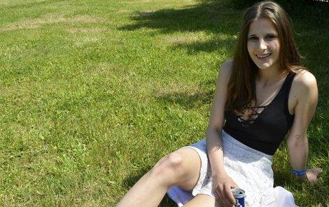 Krásné počasí lákalo k posezení v trávě.