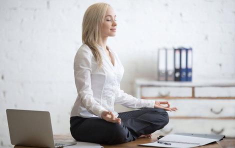 Vhodným cvičením pro seniory je třeba jóga.