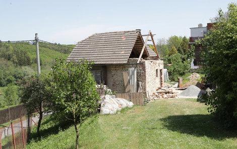 Domek má zbouranou část štítu i kus obvodové zdi.