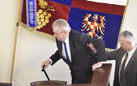 Prezident Miloš Zeman sice potřeboval při výstupu na stupínek oporu, ovšem jazykem vládl břitce jako vždy.