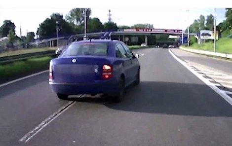 Agresivní řidič nejprve bus předjel...