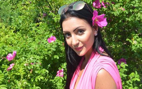 Nikola Čonková (19) z Karlových Varů si na zahradě užívá krásy májových květin.