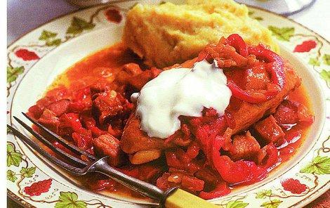 Kuře na paprice si můžete dát s těstovinami i knedlíkem.