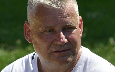 Prezidentem omilostněný dvojnásobný vrah Jiří Kajínek (56) svým zánovním mercedesem sestřelil u výjezdu z dálnice D5 u Plzně fabii.