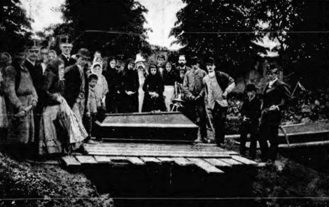 Pohřeb obětí největší důlní katastrofy v českých zemích.