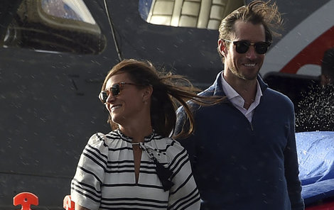 Úsměvy se z tváří šťastného páru nevytrácely.