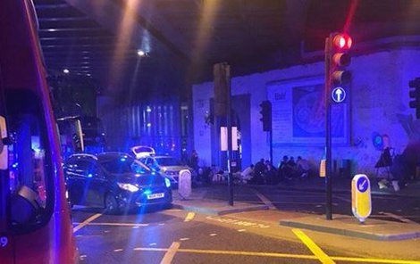 Dodávka vjela v Londýně do skupinky lidí: Na místě jsou zranění