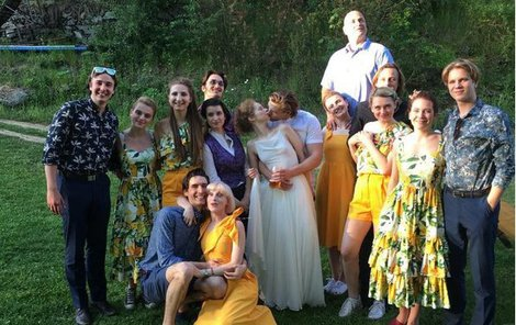 Anička Linhartová se v pátek vdala. Na svatbu pozvala i exmilence Zdeňka Piškulu