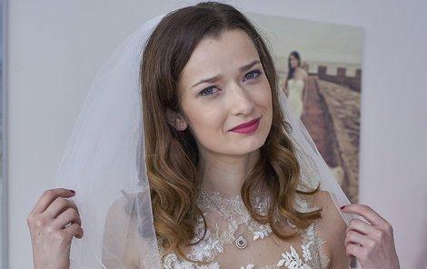 Nejvíc ze všeho si užívala závoj, který sama na své svatbě neměla.