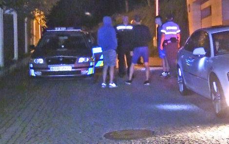 Policie odvezla mladíky k výslechu.