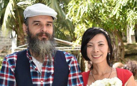 Guru Jára se loni na Filipínách oženil. Vzal si Japonku, svoji žačku.