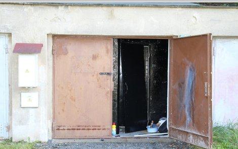 Upravená garáž, která byla pro dva teenagery vězením po deset dnů plných strachu, teď bude na prodej.