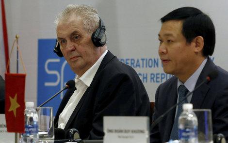 Zeman ve Vietnamu: Zrušme Čechům víza!