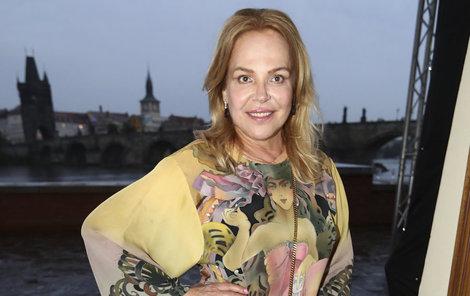 Bývalá první dáma Dagmar Havlová zvolila luxusní a darké módní doplňky.
