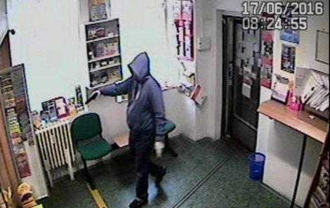 Lupič hrozil pracovnici pošty pistolí.