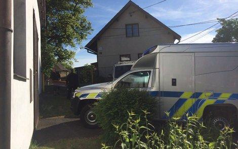 Mrtvé odvezla pohřební služba. Policisté obehnali okolí domu páskou.