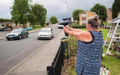 Policisté zpomalují řidiče nákladnými radary...