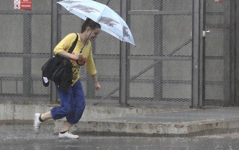 Po dvou horkých dnech přijdou v úterý bouřky a déšť.
