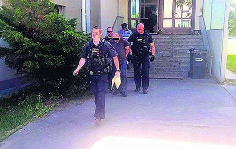 Policie odvádí podezřelého