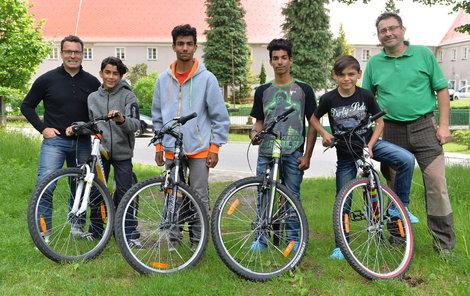 (zleva) Tomáš Slavata, Míra, Milan, Marian, Patrik, »strejda« Vladimír Dvořák. Marek chybí, byl na školním výletě.