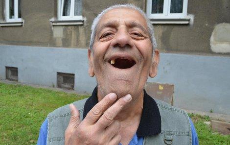 V horní čelisti má senior pouze jeden zub.