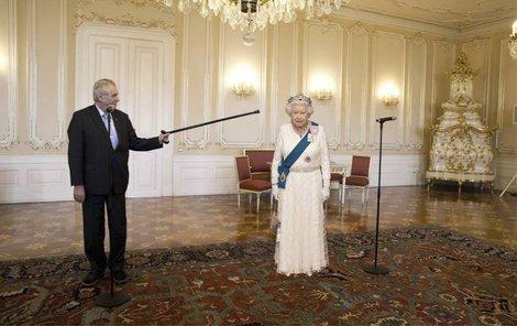 Internetoví vtipálci už domýšlí, že setkání Zemana s Alžbětou II. může připomínat dramatickou konfrontaci s premiérem Bohuslavem Sobotkou v době, kdy podával, a pak zas nepodával demisi na Hradě.