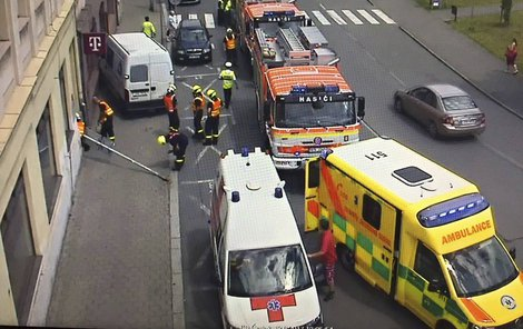 K nehodě se během pár minut sjeli záchranáři, policisté a strážníci. Ženě už nebylo pomoci.