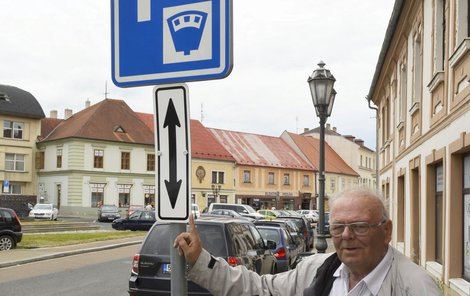 Před značkou placené parkování. Nemohl tak vidět tuto značku.Dnes ukazuje, že je na značce dodatková tabulka.