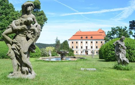 Valeč se nachází na cestě mezi Karlovými Vary a Prahou.