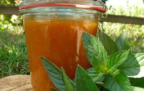 Meruňkový džem s mátou. Tato bylina je osvěžující a pro letní měsíce ideální.