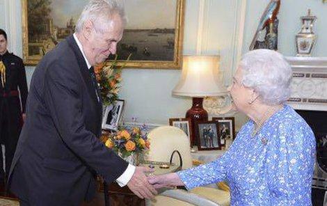 """Miloš Zeman: """"Stisk ruky byl v pořádku. Pan prezident i britská královna se dívali vzájemně do očí. Ve tváři obou jsem zaznamenal úsměv, což znamená vstřícnost."""""""
