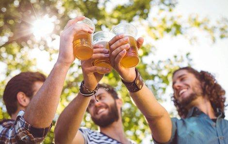 V létě je třeba na pití alkoholu dát pozor