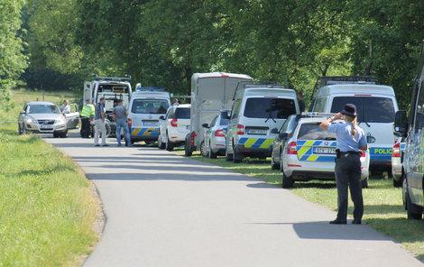 Policisté našli jen několik věcí, které lupiči odhodili.