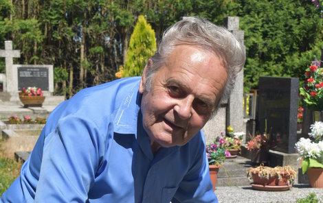 František Tůma u hrobu svých rodičů. Kolem náhrobku udělal betonovou obrubu, aby sekačka nepoškodila žulu. Obrubu našel zase odřenou.