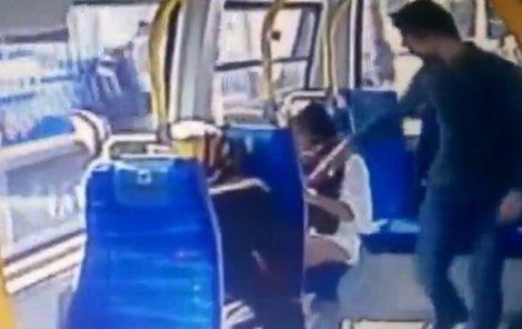 Muži se nelíbilo, jak se oblékla studentka, která jela v Istanbulu autobusem, kromě nadávek jí dal i facku a povalil jí na zem
