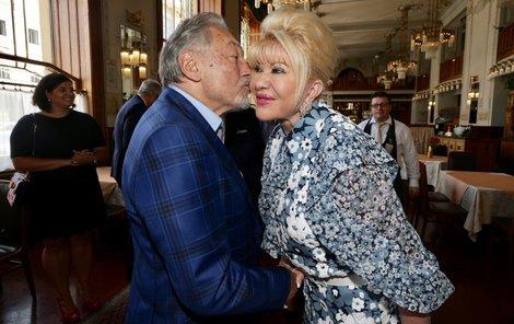 Gott dal Ivaně na přivítanou polibek.
