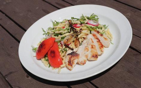 Těstovinový salát se hodí do letních parných dnů.