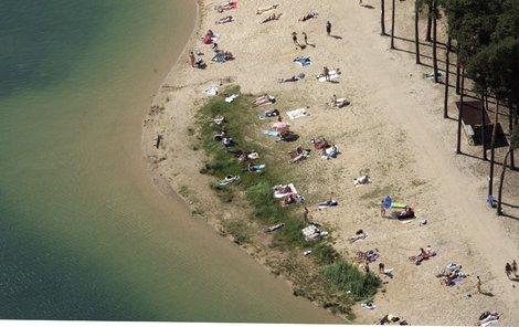 Jezero Lhota ve středních Čechách je oblíbeným cílem nudistů.