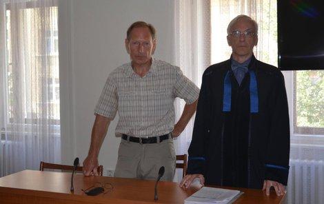 Vojtěch Matula (vlevo) se svým obhájcem Lubomírem Müllerem.