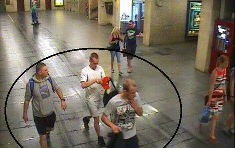 Touto cestou tak pátráme po dvou podezřelých a důležitém svědkovi, kteří jsou zachyceni na záběrech. Pokud je poznáváte, kontaktujte linku 158.
