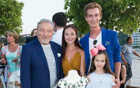 Charlotte s otcem a s návrháři, kteří šaty ušili.