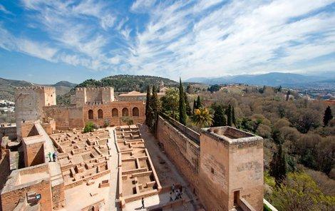 Alhambra ve Španělsku dýchá historií.