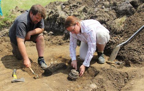Antropoložka Jana Kujavceva Hlavová a archeolog Martin Volf u jednoho ze dvou odkrytých kosterních hrobů na Slatinické výsypce.