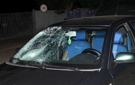 Rozbité čelní sklo auta, přes které sražený mladík letěl.