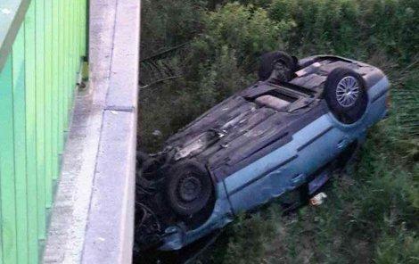 Auto skončilo na střeše.