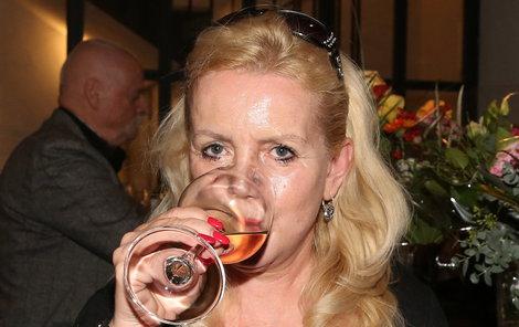 Hana Krampolová se sklenkou alkoholu.